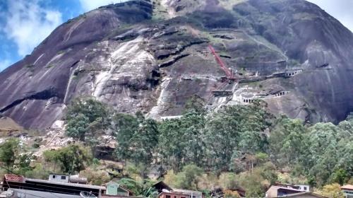 Obra de contenção de encosta do Córrego d´Antas. Intervenção na parte alta do bairro. Fixação de rochas e construção de anteparos.