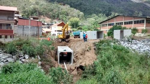 Obra de contenção de encosta do Córrego d´Antas. Construção de galeria de águas pluviais colhidas na parte alta do bairro, desembocando no rio.