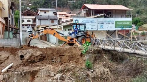 Início da construção da ponte da Travessa Julio Schottz sobre o Rio Córrego d´Antas. Uma das principais pontes do bairro, destruída na tragédia.