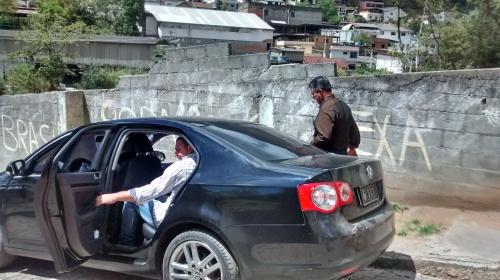 O Prefeito Rogério Cabral caminha por diversas ruas do bairro, conferindo os trabalhos e ouvindo os moradores.