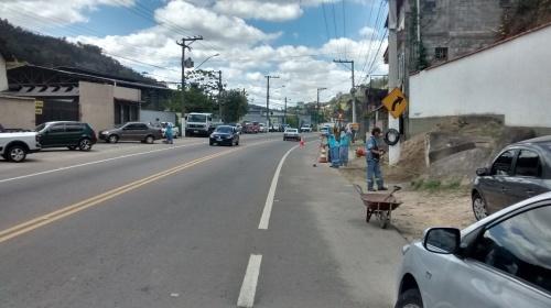 Limpeza de vias. Avenida Antônio Mário de Azevedo, próximo ao restaurante Toca da Rapoza.